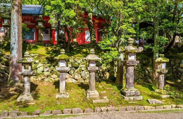 Lanternas de pedra no santuário tamukeyama hachimangu em nara, japão