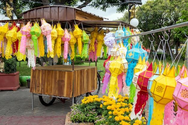Lanternas de suspensão coloridas que iluminam-se no festival de loy krathong no norte da tailândia