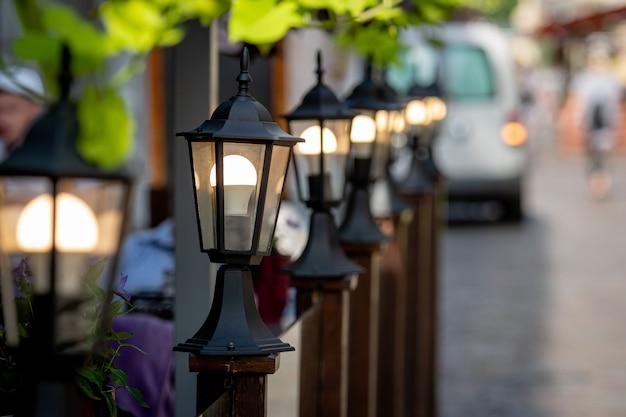 Lanternas decorativas ao longo da barreira de café de rua.
