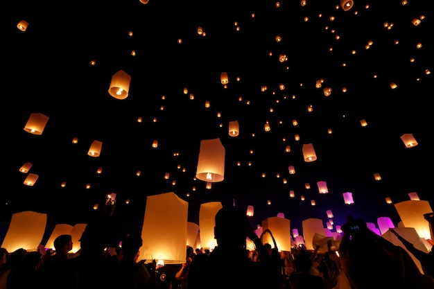 Lanternas do céu, lanternas voadoras no festival loy krathong em chiang mai, tailândia.