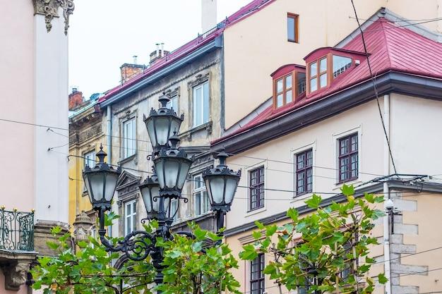 Lanternas elegantes na rua da cidade europeia de lviv