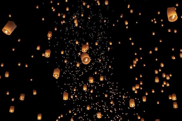 Lanternas flutuantes do céu do turista no festival loy krathong, chiang mai, tailândia.