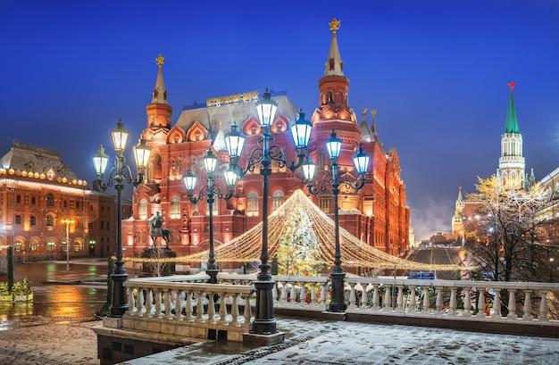 Lanternas na praça manezhnaya em moscou e uma árvore de natal perto do museu histórico em uma noite de inverno