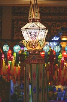 Lanternas para festivais de felicidade tailandeses e chineses
