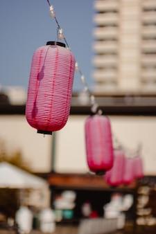 Lanternas penduradas em uma corda
