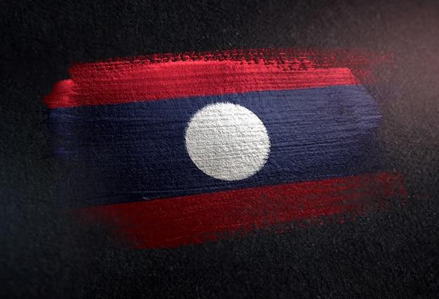 Laos bandeira feita de tinta de pincel metálico na parede escura de grunge