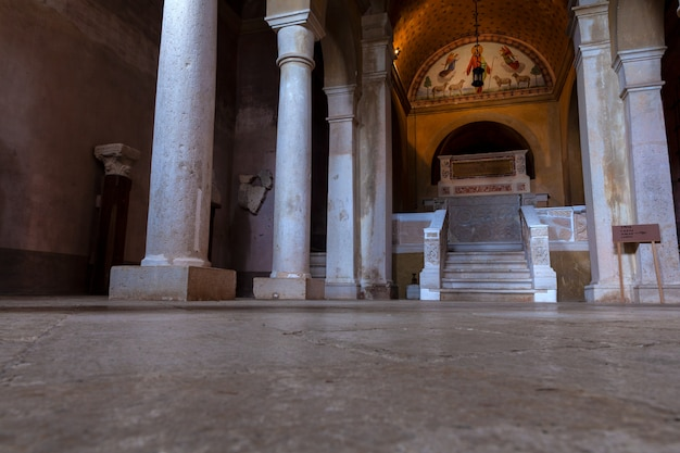 Lapidary da igreja da visitação do blessed virgin mary a st. elizabeth em bale, valle, istria. croácia