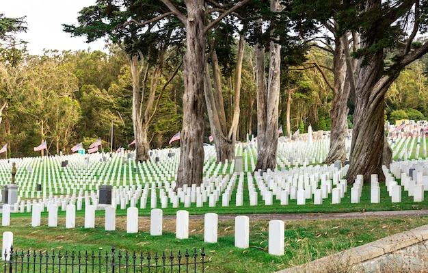 Lápides no cemitério nacional dos eua