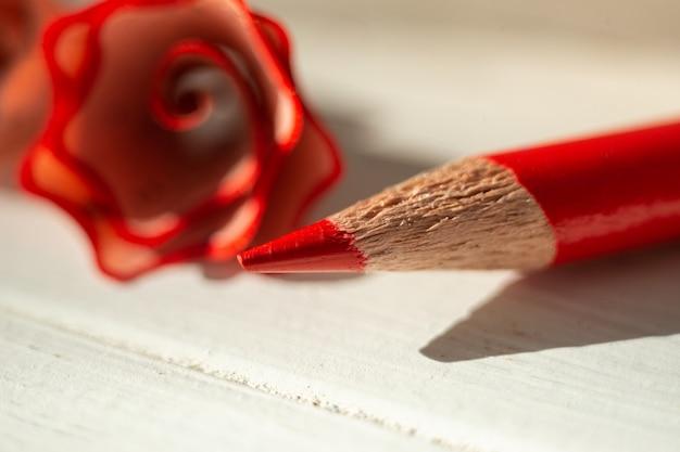 Lápis afiado vermelho e aparas de macro close-up