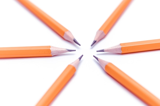 Lápis afiados simples dobrados em um círculo.