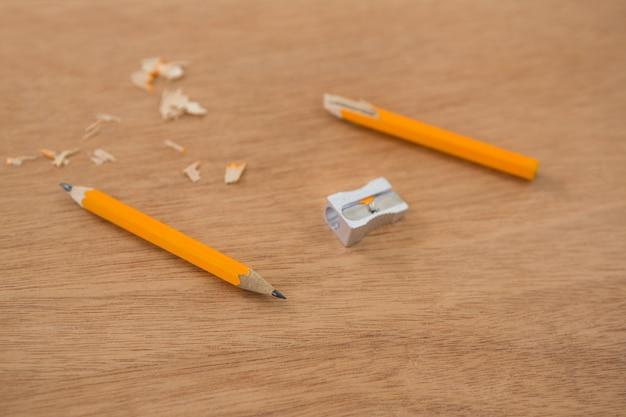 Lápis amarelo quebrado com apontador