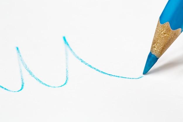 Lápis azul desenha uma linha ondulada