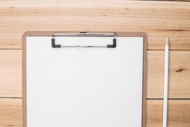 Lápis branco com uma lista de verificação
