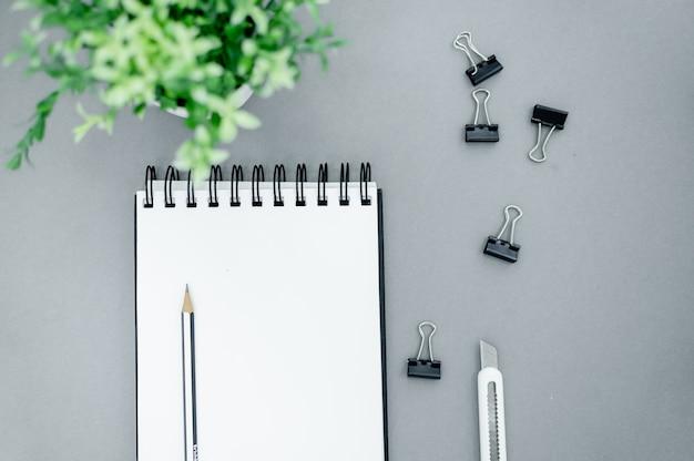 Lápis, clipes de papel e bloco de notas