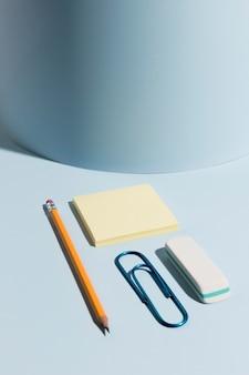 Lápis close-up e notas autoadesivas com clipe de papel