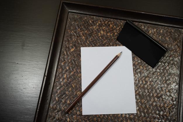 Lápis colocado em papel branco