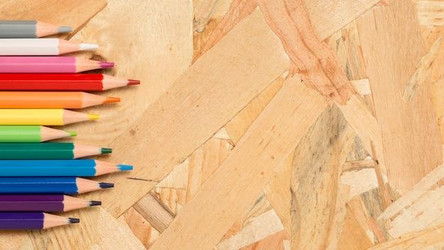 Lápis coloridos copiam espaço