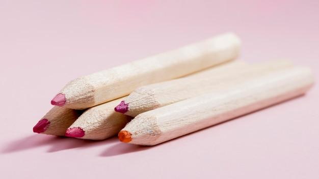 Lápis coloridos de close-up em cima da mesa