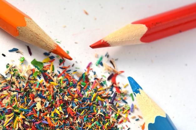 Lápis coloridos de madeira com aparas de afiar