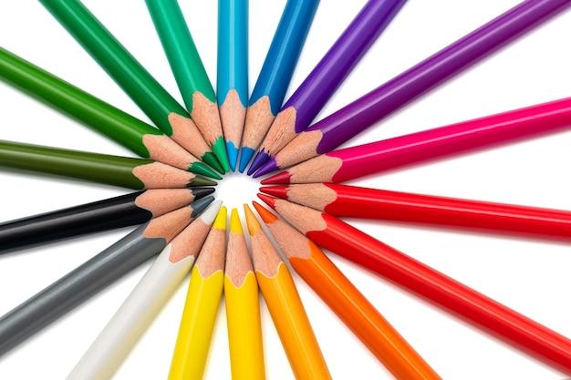 Lápis coloridos dispostos em uma estrela no espaço em branco