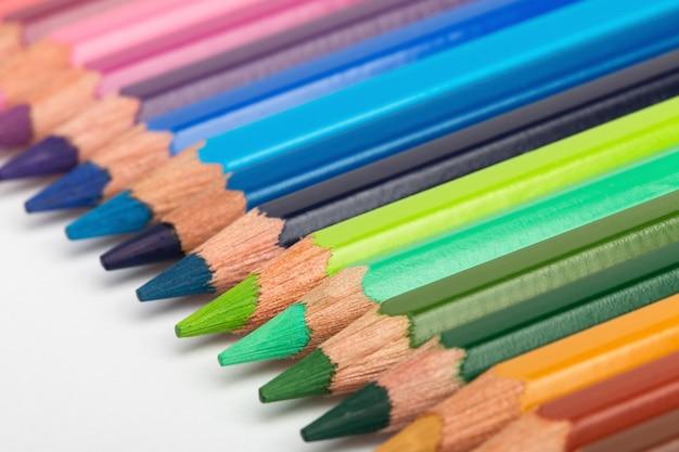 Lápis coloridos dispostos em uma fileira. close greep baixo.