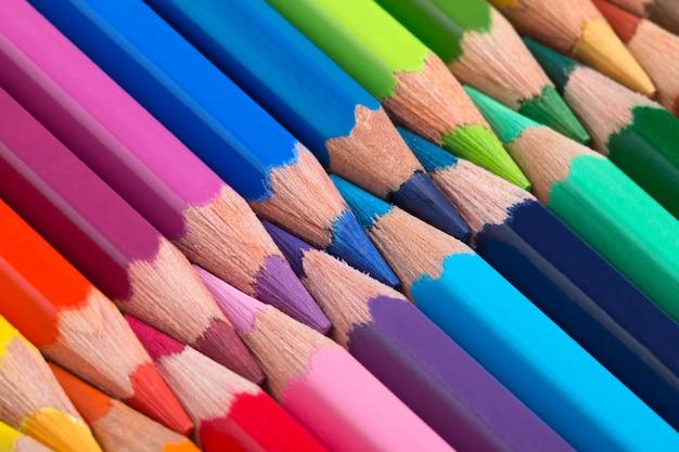 Lápis coloridos dispostos em uma fileira de perto