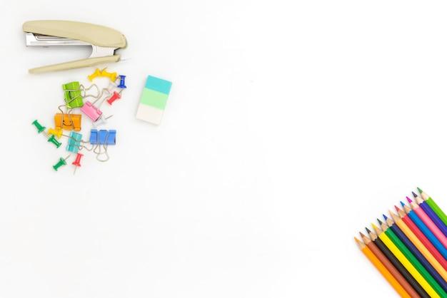 Lápis coloridos e acessórios em fundo branco com copyspace