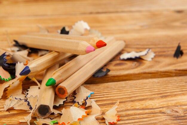 Lápis coloridos e cortes a lápis