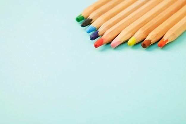 Lápis coloridos em azul pálido pastel