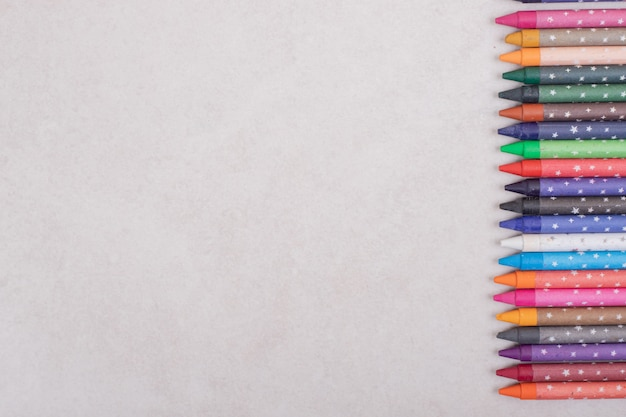 Lápis coloridos em fundo branco