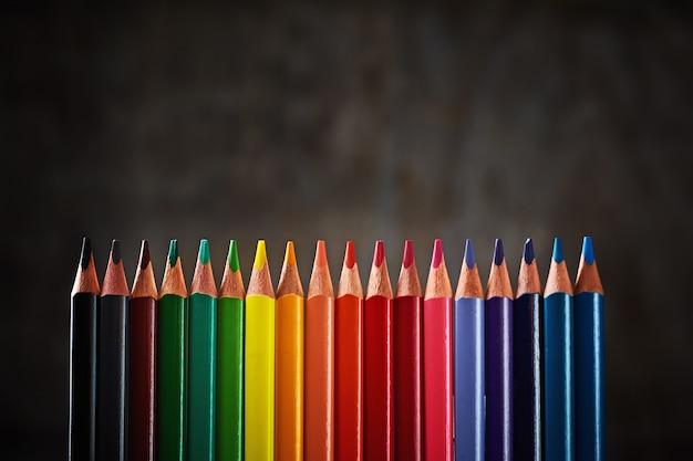 Lápis coloridos em linha