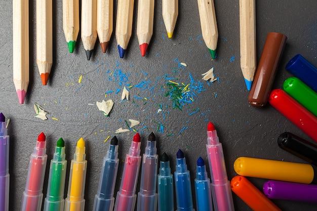 Lápis coloridos em pedra cinza