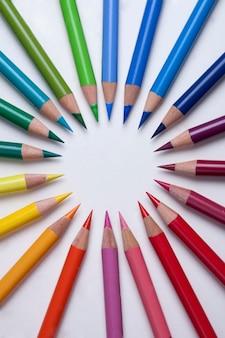 Lápis coloridos em um círculo