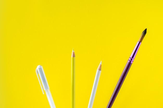 Lápis coloridos em um fundo amarelo com espaço para texto.