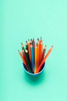 Lápis coloridos em uma vista superior do copo
