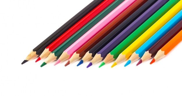 Lápis coloridos isolados no espaço em branco. lápis para desenhar, com traçado de recorte