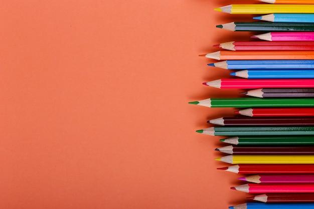 Lápis coloridos mentem em uma linha em coral