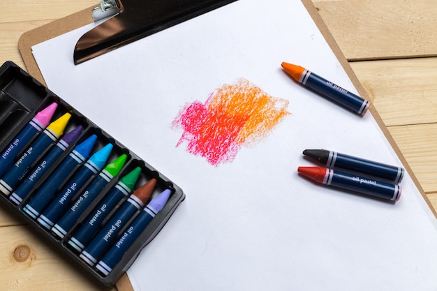 Lápis coloridos na mesa de madeira
