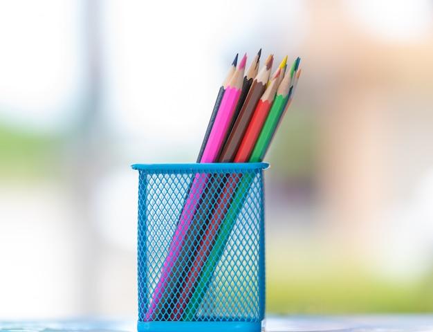 Lápis coloridos no balde ou estojo