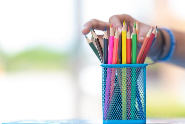 Lápis coloridos no balde ou estojo.