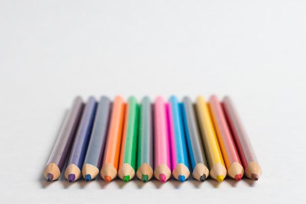 Lápis coloridos no fundo branco, para crianças de desenho
