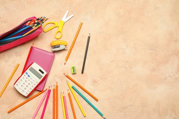 Lápis comuns com papel de carta em bege