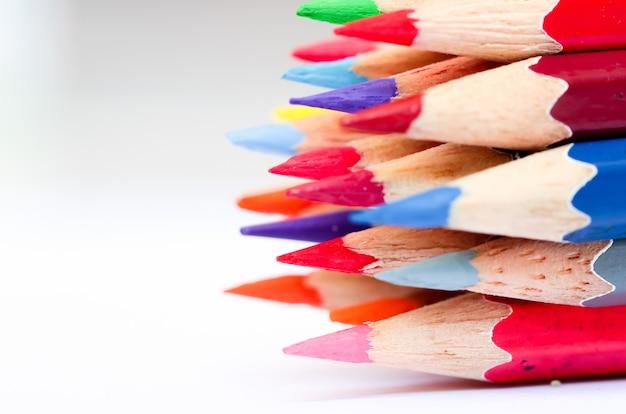 Lápis da cor no fundo branco. foco seletivo.