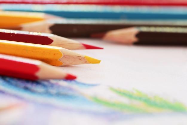 Lápis da cor no papel de desenho branco.
