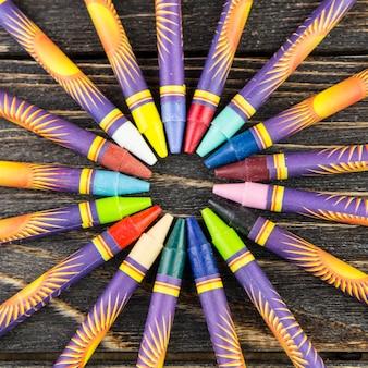 Lápis de cera na mesa de madeira
