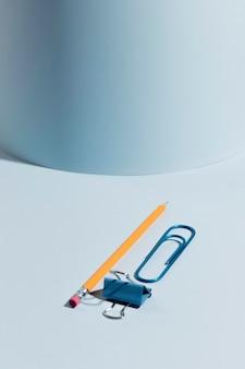 Lápis de close-up e com clipes de papel em cima da mesa