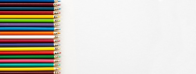 Lápis de cor alinhados com o espaço da cópia