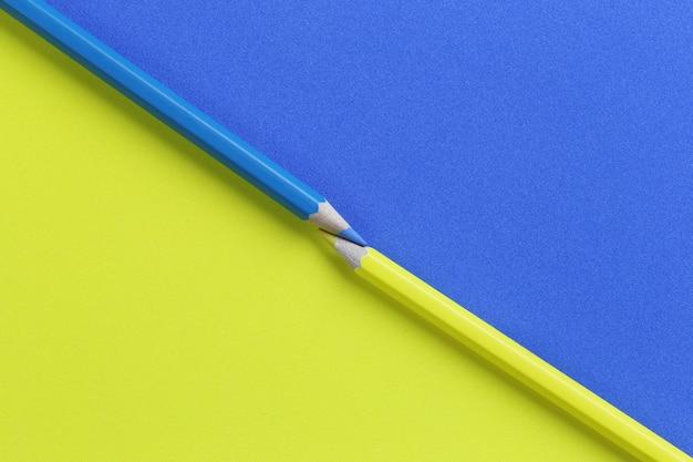 Lápis de cor amarelo e azul em papel de arte