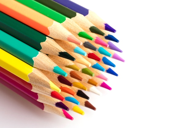 Lápis de cor apontados sobre a mesa. copie o espaço