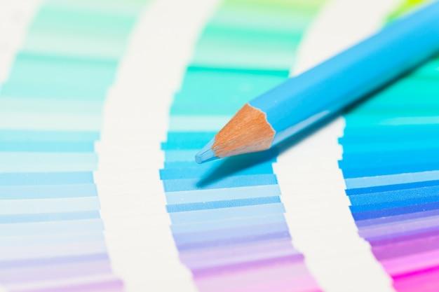 Lápis de cor azul e cartela de cores de todas as cores